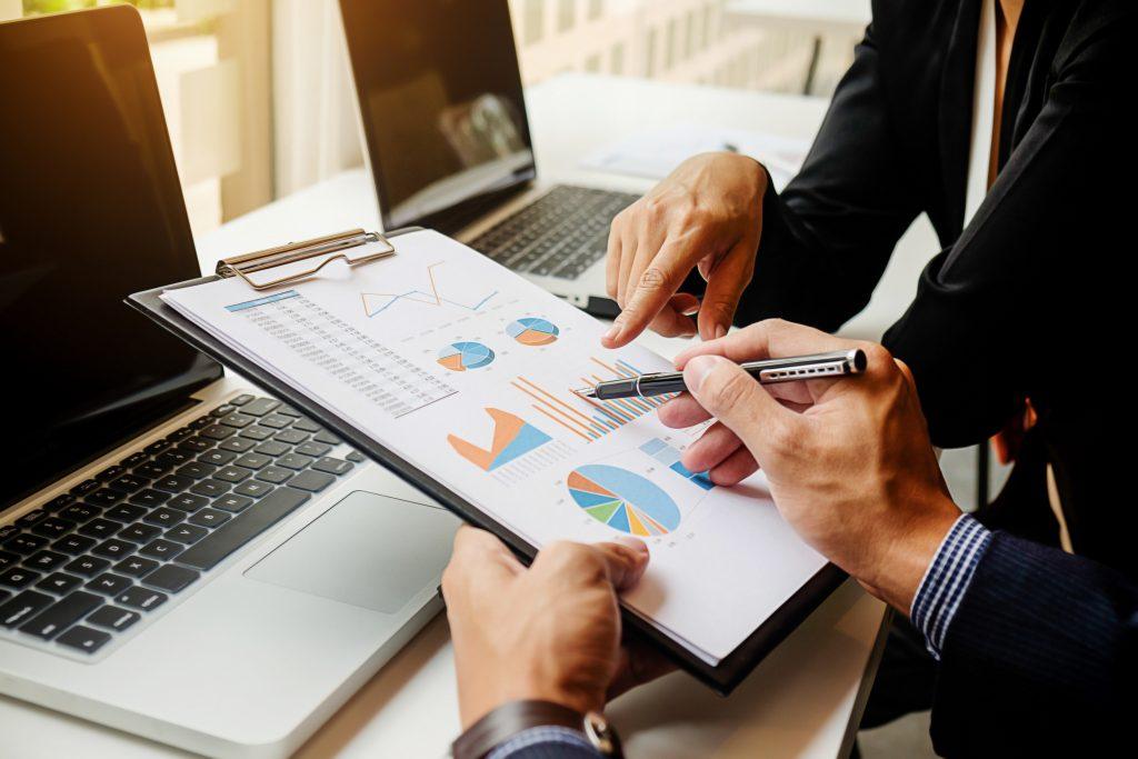 Pessoas discutem sobre analise financeira para redução de custos