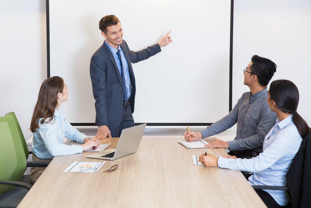 Consultor em finanças ensinando a jovens empreendedores